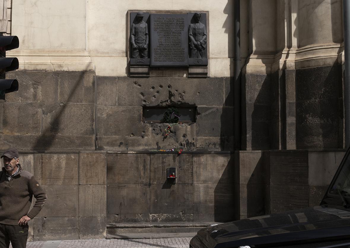 Okno krypty kostela v Resslově ulici v roce 1942 a 2019
