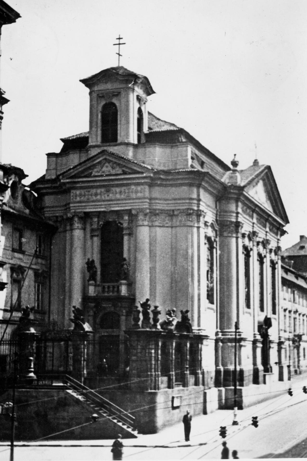 Kostel v Resslově ulici v roce 1942 a 2019