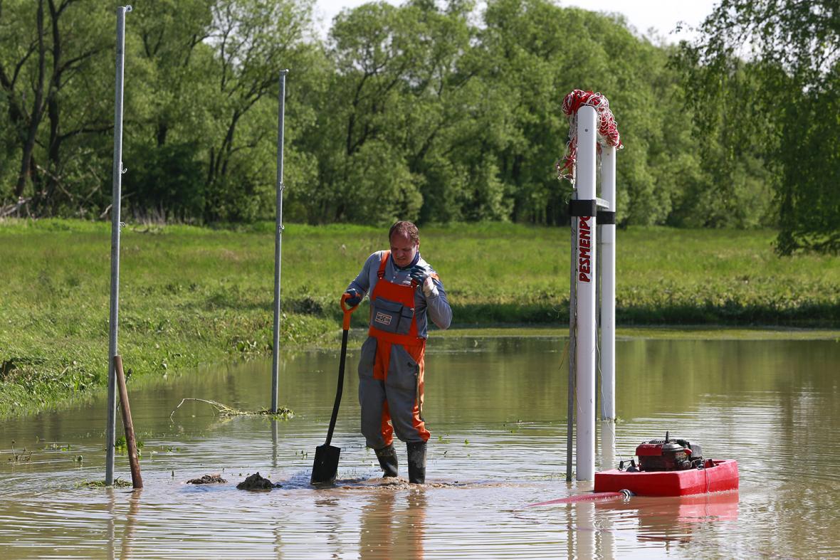 Čerpání vody ze zatopeného hřiště v Ústí na Přerovsku