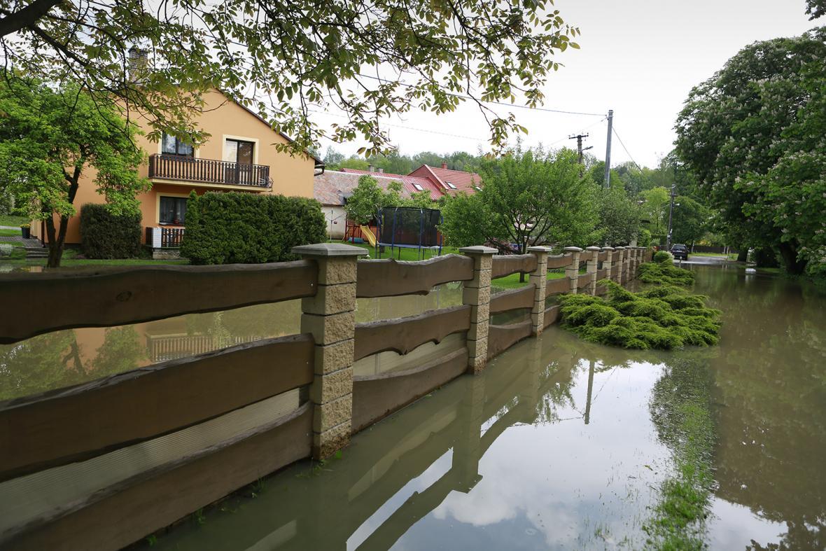 Vylitá voda z břehů řek po nárazových deštích v červnu 2019
