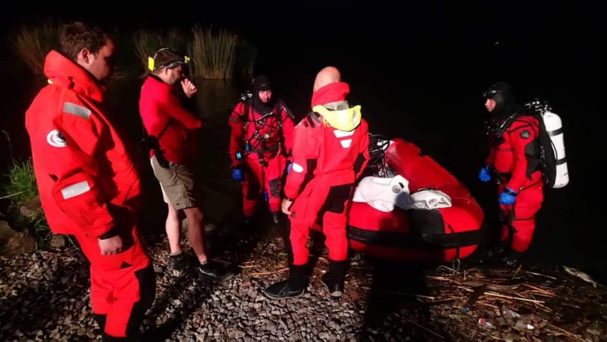 Vodní záchranáři zachraňují lodě na Nových Mlýnech