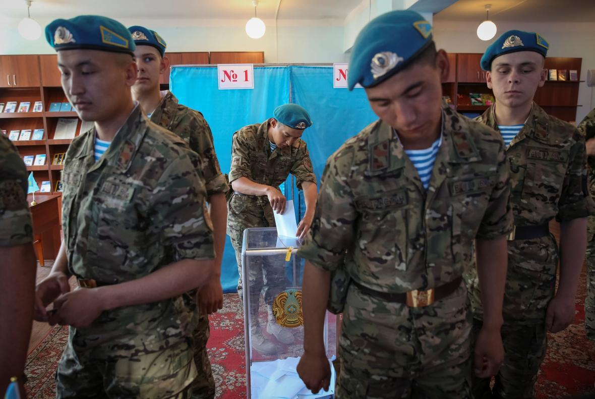 Příslušníci Republikánské gardy Kazachstánu volí