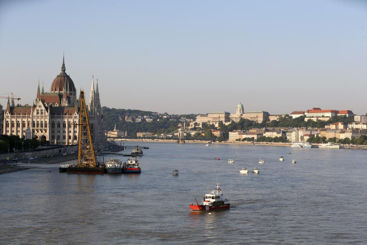 Vytažení vraku lodi z Dunaje