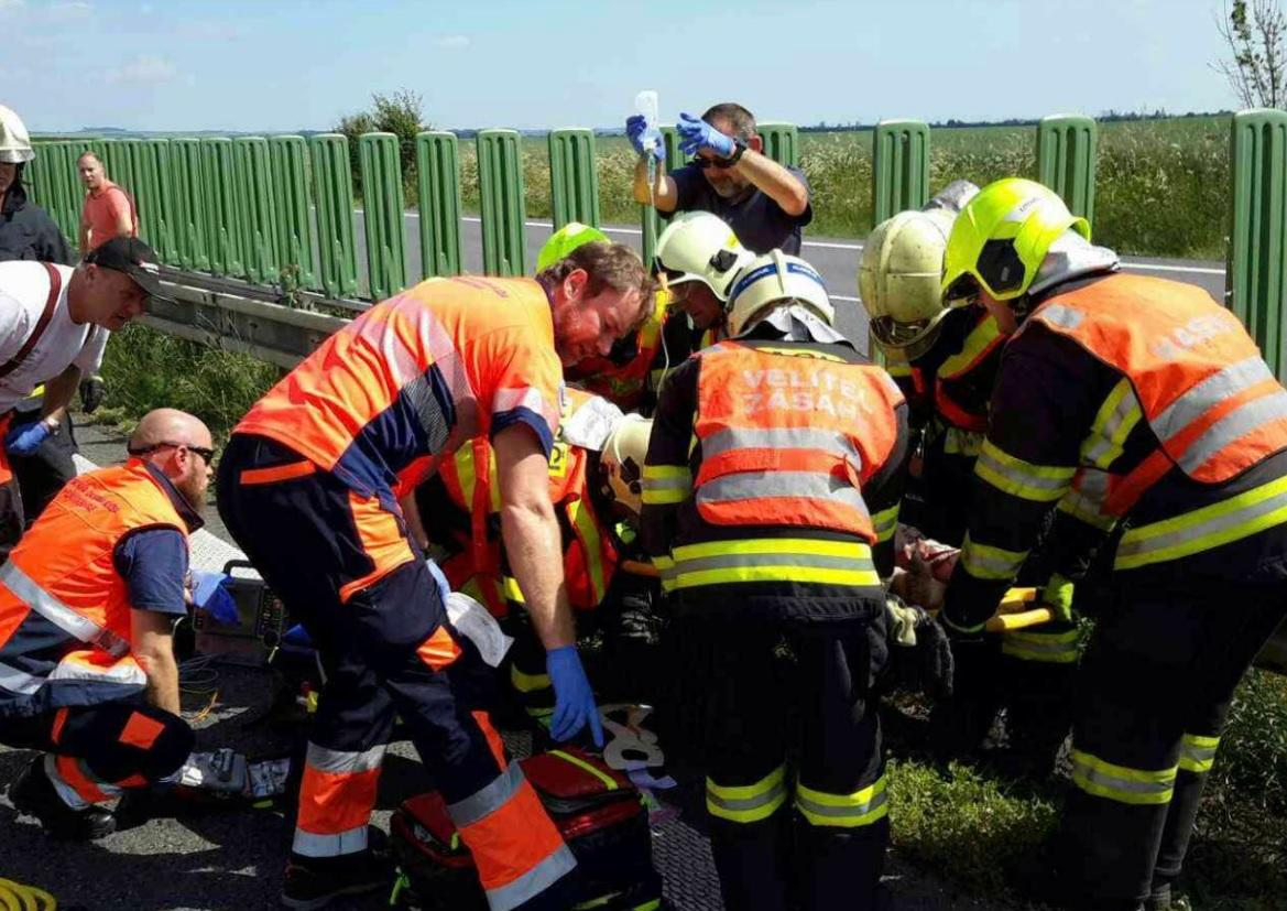 Záchranáři ošetřují zraněné po nehodě autobusu a nákladního auta na D35 u Litovle