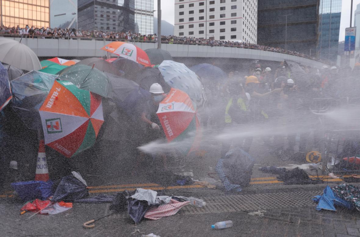 Policie použila vodní děla