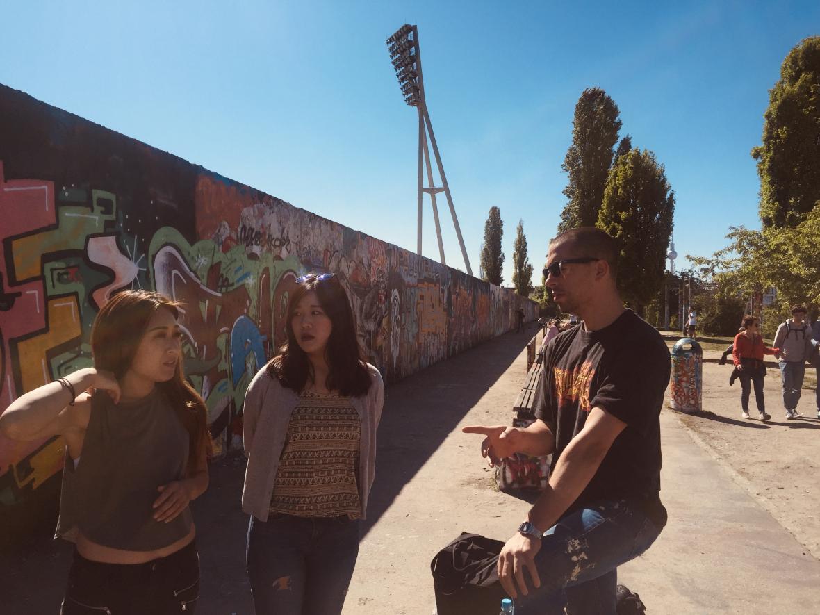 """Graffiti na zdni Mauerparku, který vznikl z bývalé """"zóny smrti"""" kdysi rozdělující oba Berlíny"""