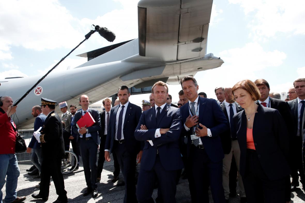 Francouzský prezident Emmanuel Macron s ministryní obrany Florence Parly