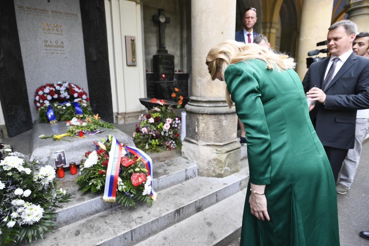 Prezidentka Zuzana Čaputová se poklonila před hrobem Václava Havla