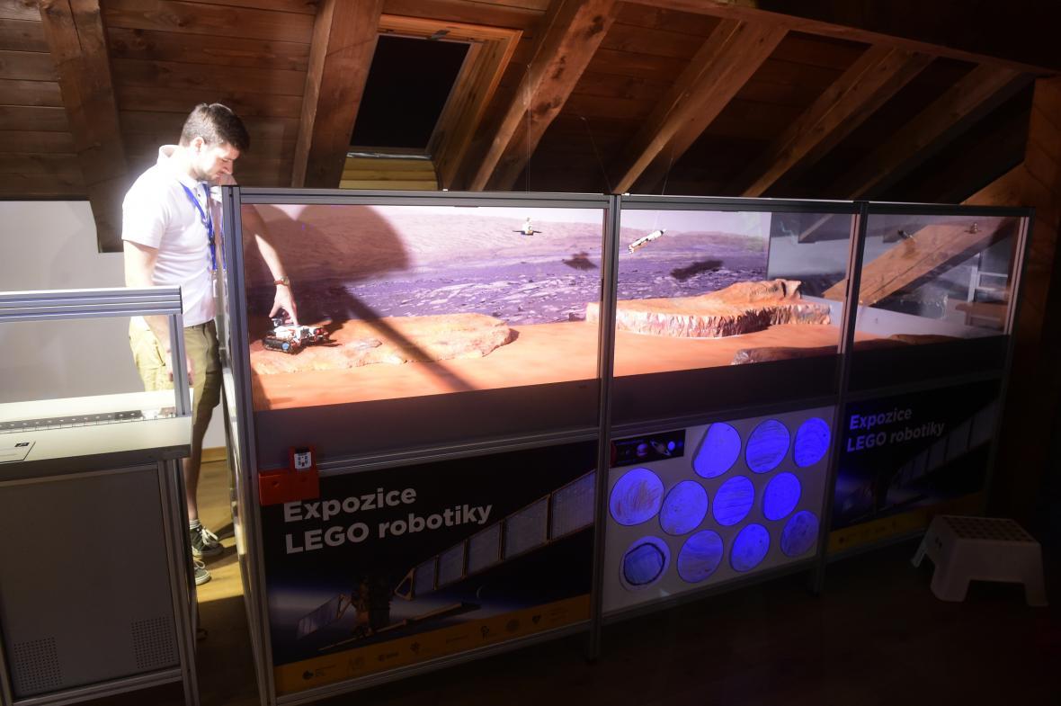 Vitrína s robotickým vozítkem z lega na Marsu