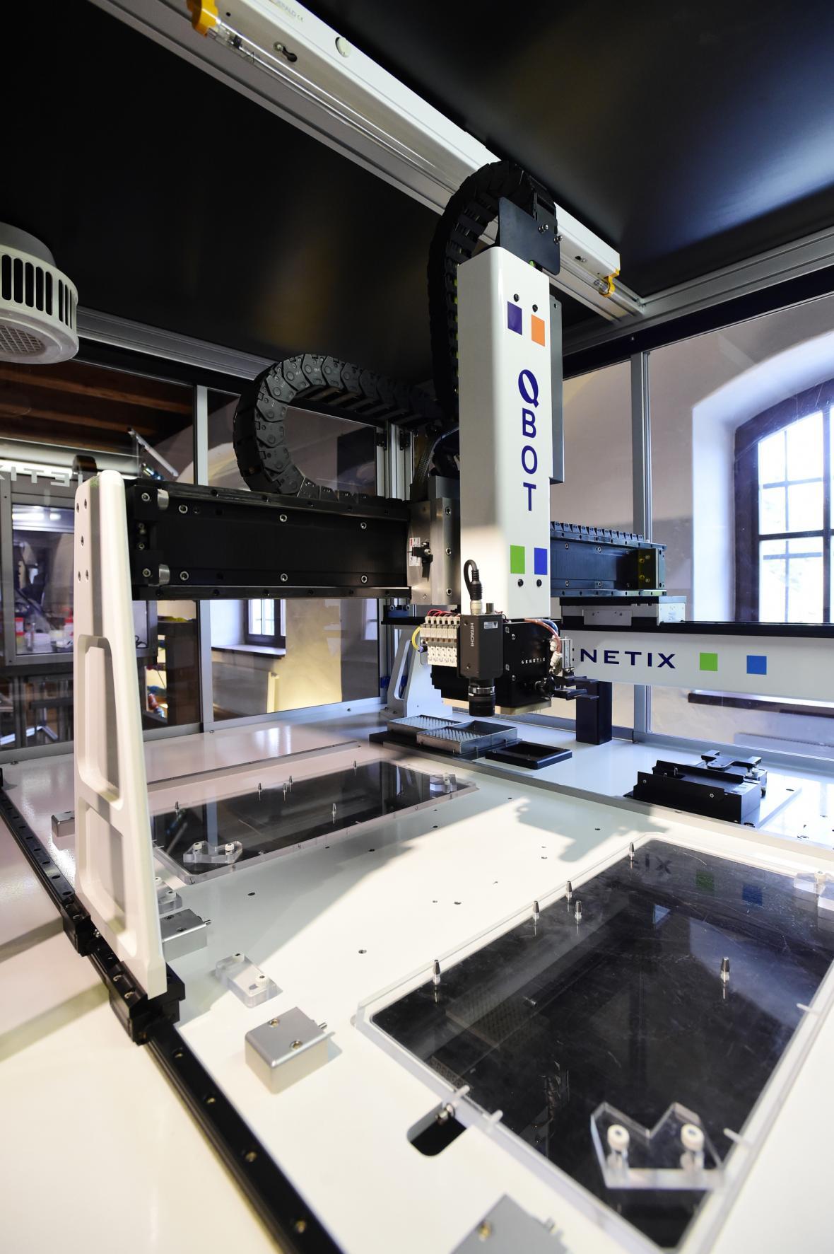 Robot Genetix Q-bot, který vědcům pomáhá rozluštit genom pšenice