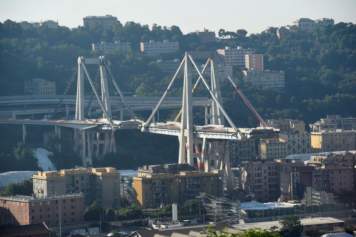 Průběh demolice zříceného mostu v Janově