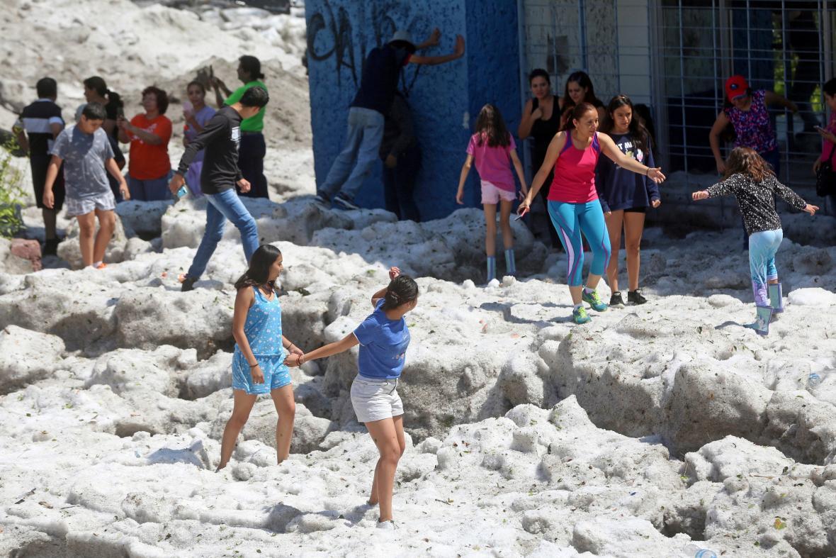 Do odklízení krup v Guadalajaře byli nasazeni i policisté a vojáci