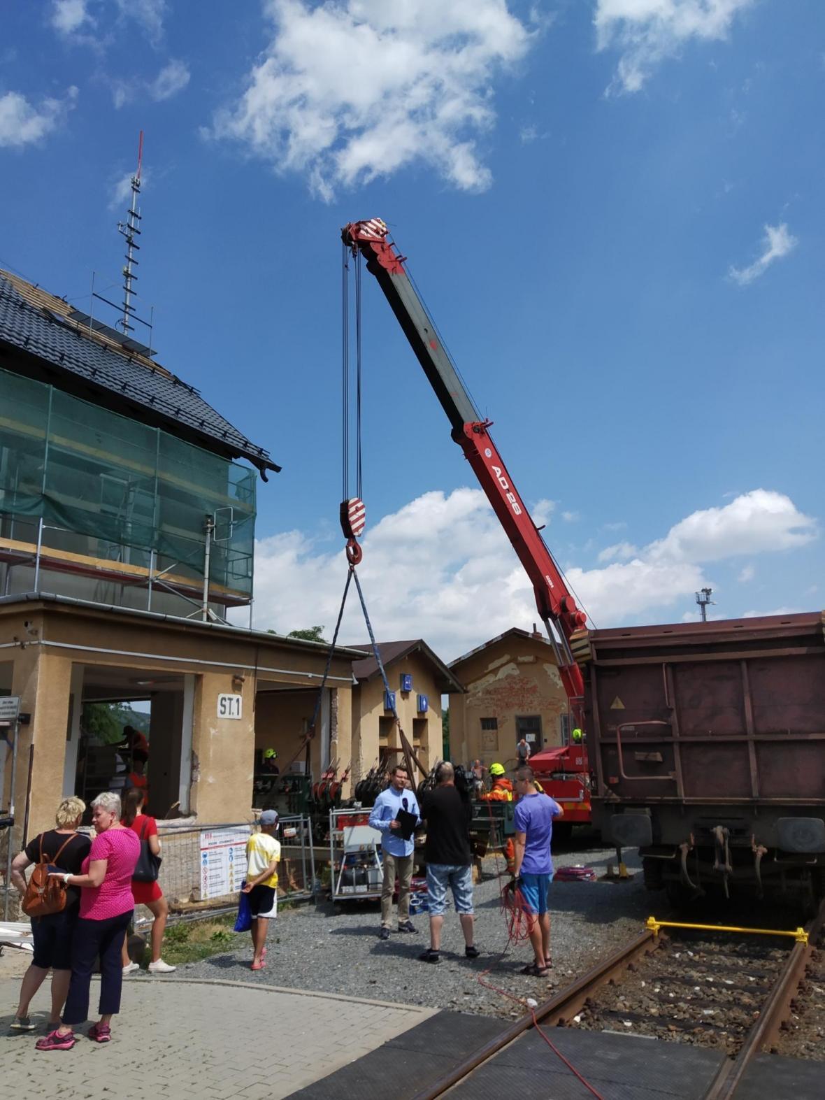 V Branticích demontovali historické zabezpečovací zařízení železniční stanice. Přesune se do muzea