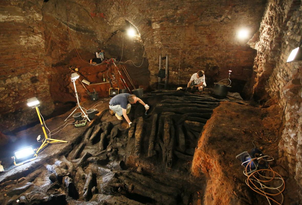 Zbytky dřevěné hradby v podzemí břeclavského zámku