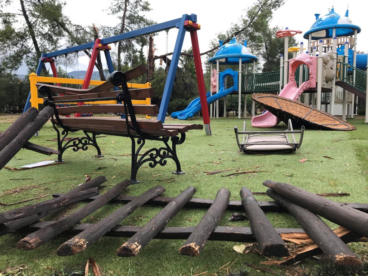 Dětské hřiště u hotelu Porto Carras se proměnilo v trosky