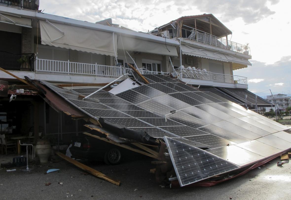 Auto pohřebené pod troskami střechy v městečku Nea Moudiana
