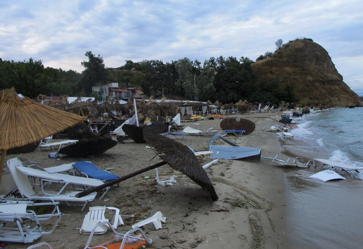 Pláž na poloostrově Chalkidiki po silné noční bouři