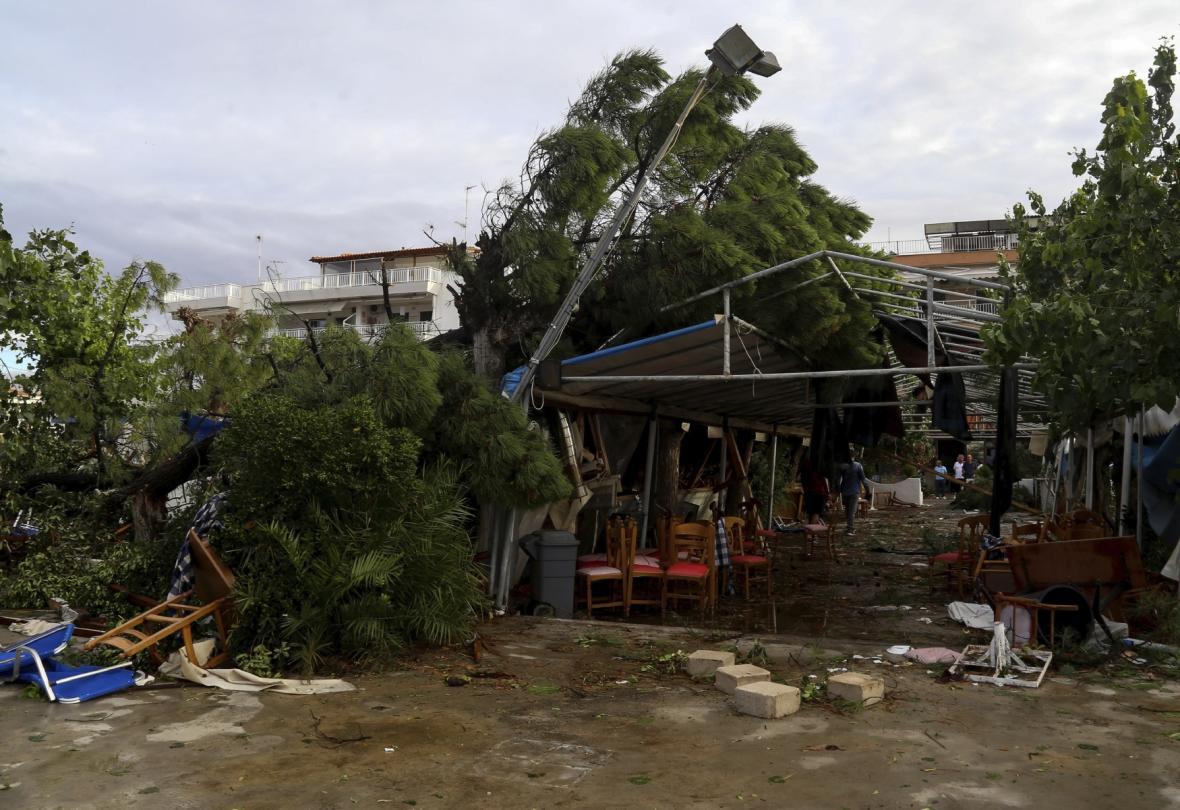 Poničená restaurace v městečku Nea Moudiana