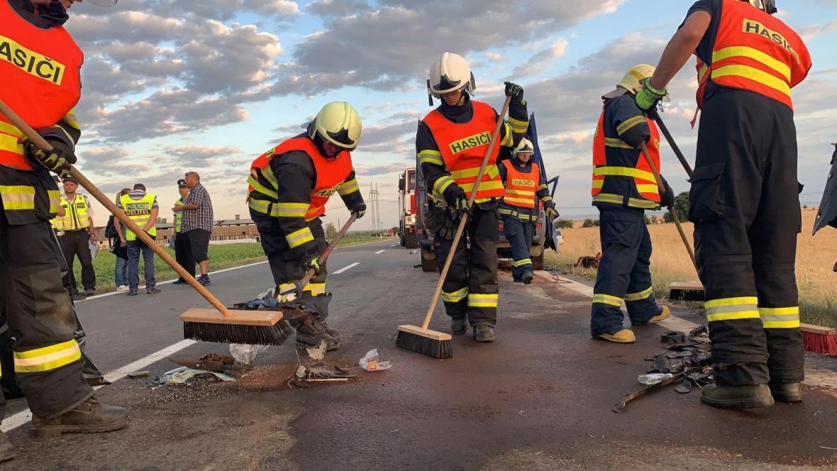 Úklid komunikace po nehodě u Dubu nad Moravou