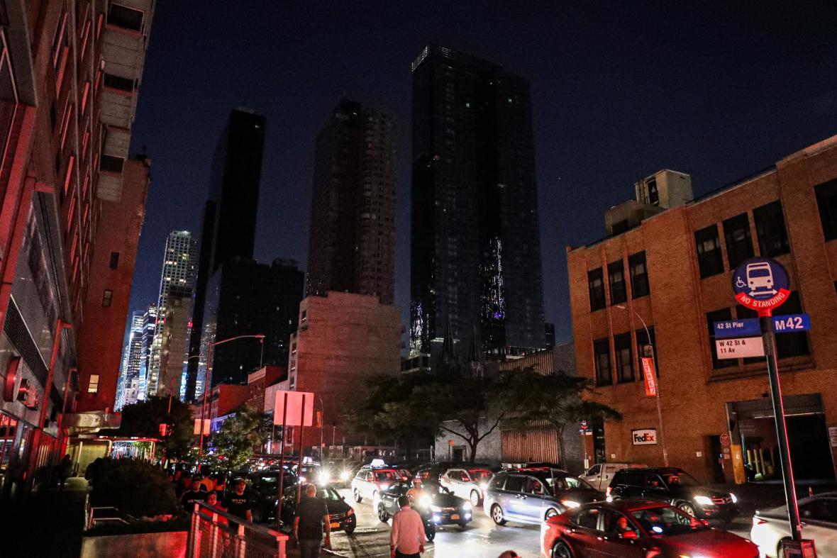 Mrakodrapy na Manhattanu se ponořily do tmy