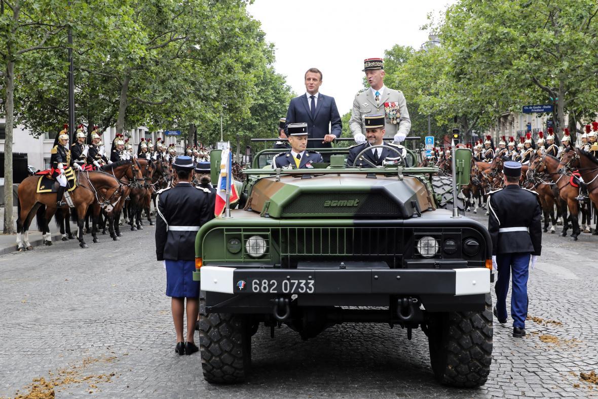 Emmanuel Macron jel před přehlídkou v otevřeném autě po třídě Champs-Elysées