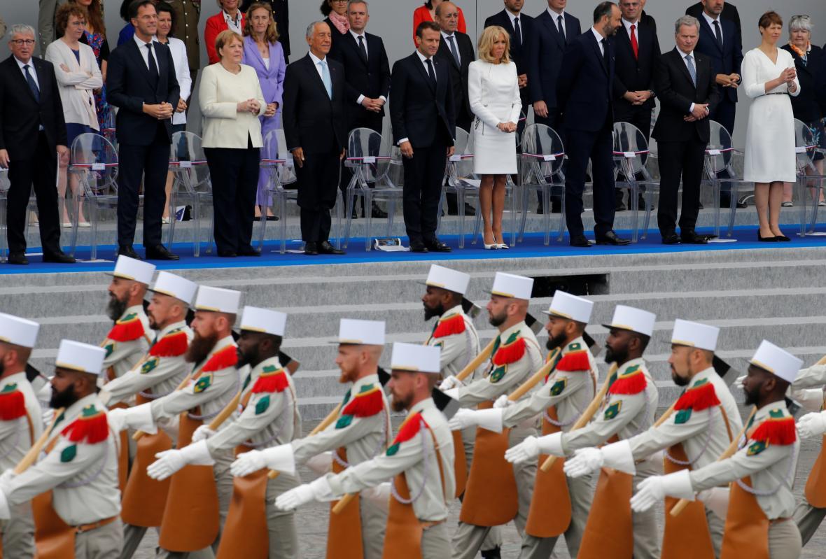 Vojenská přehlídka na Champs-Elysées