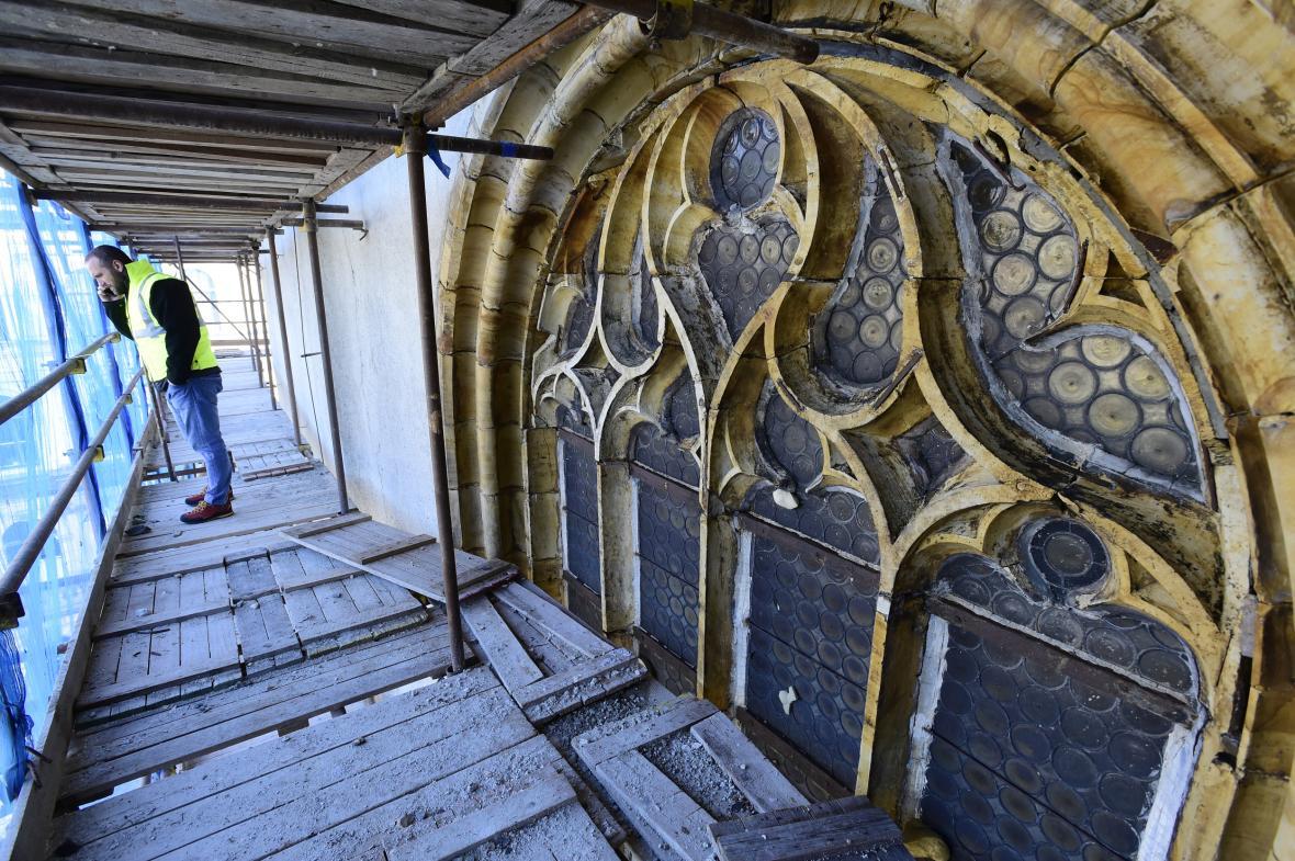 Poškozená kružba jednoho z gotických oken