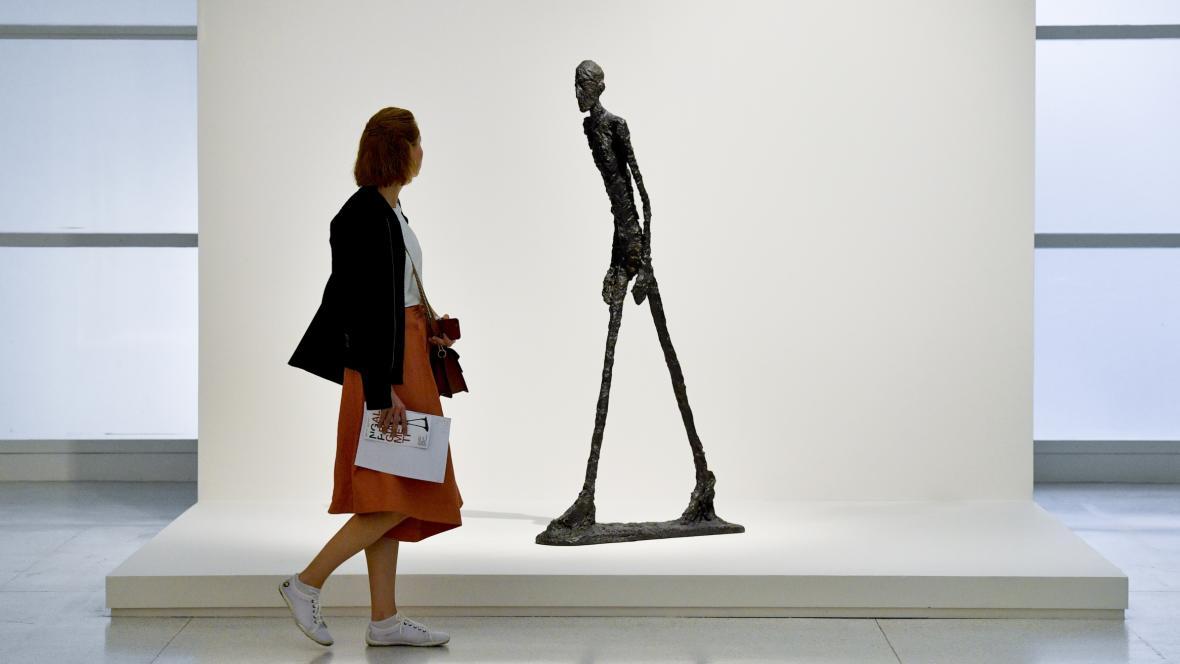 Kráčející muž Alberta Giacomettiho na výstavě v Praze