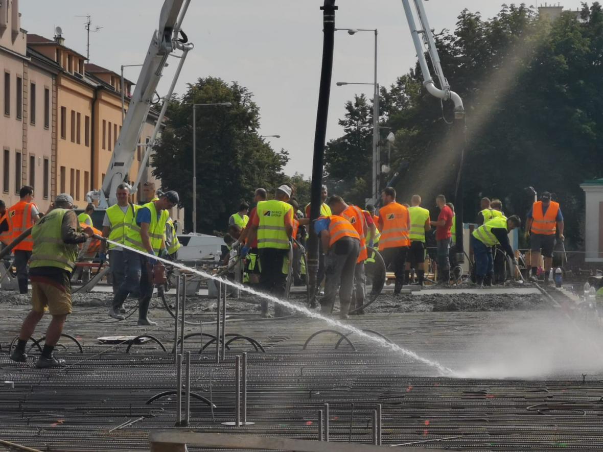 Betonování nového mostu v Komenského ulici v Olomouci