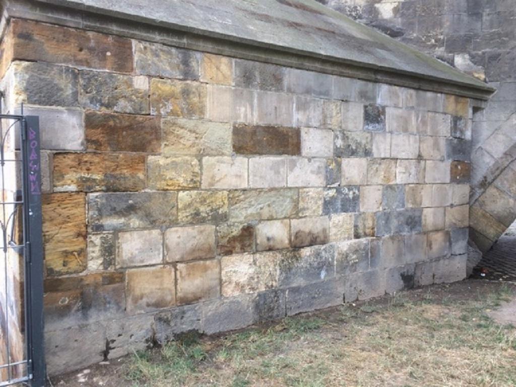 Pilíř Karlova mostu, ze kterého zmizelo graffiti
