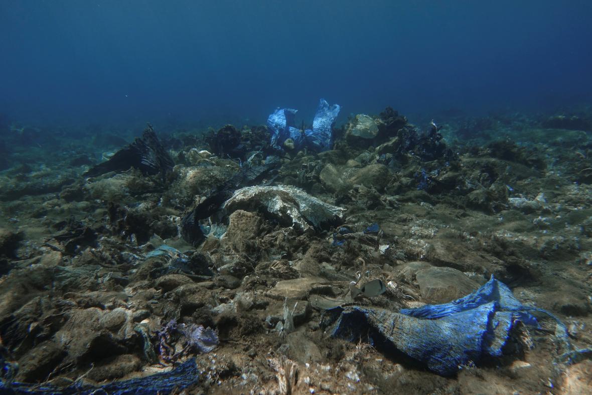 Plasty na dně u Řecka