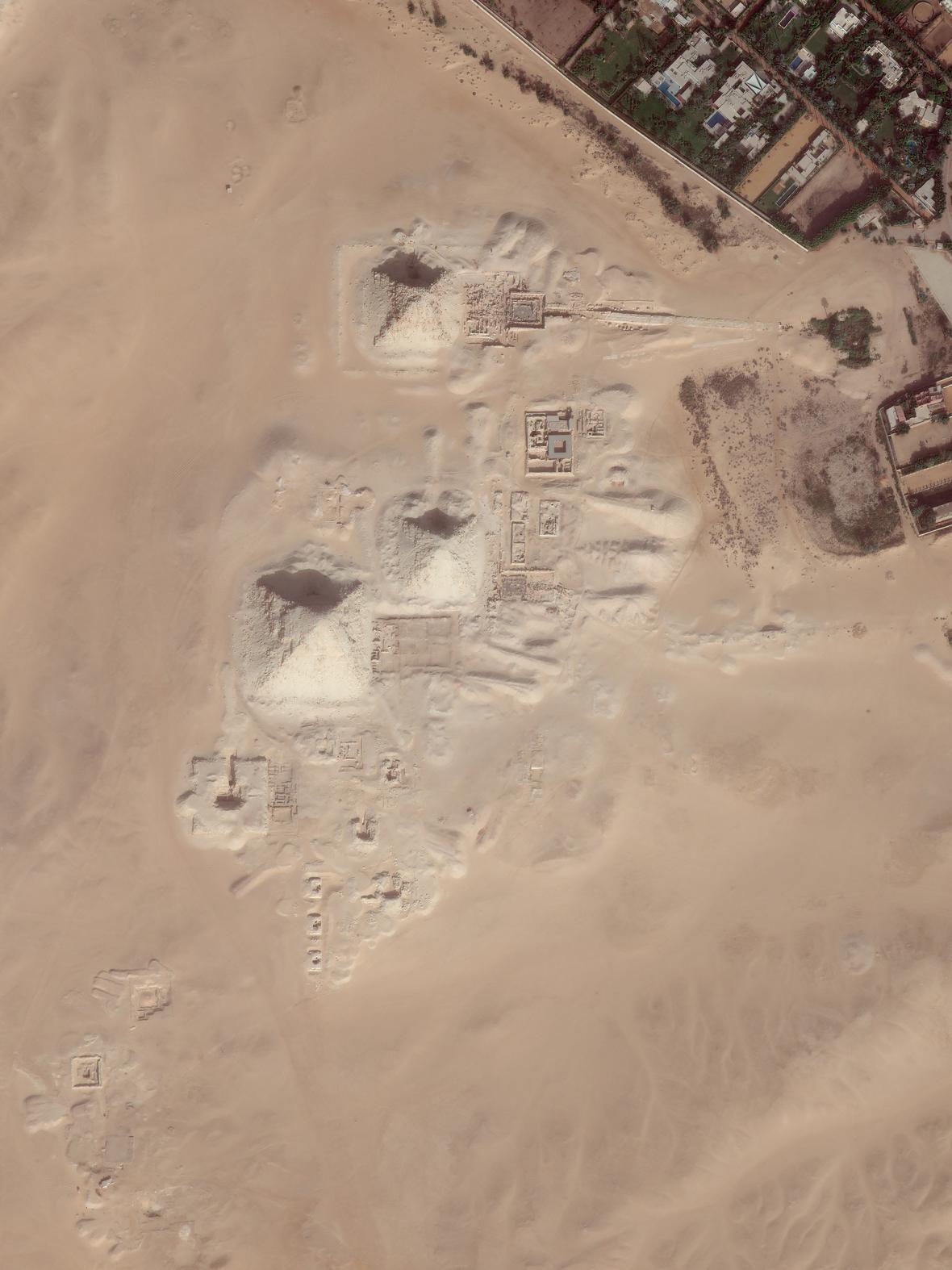 Pohled na pyramidové pole v Abúsíru, kde se pod pískem rýsuje množství dosud neodkrytých struktur