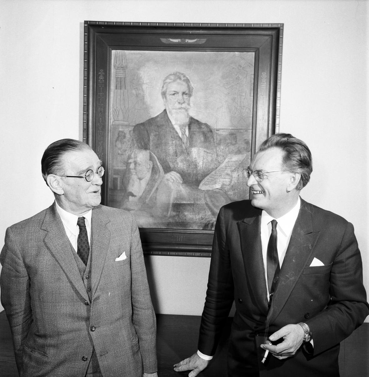 První žáci a pokračovatelé prof. Lexy, Jaroslav Černý a Zbyněk Žába, před portrétem svého učitele