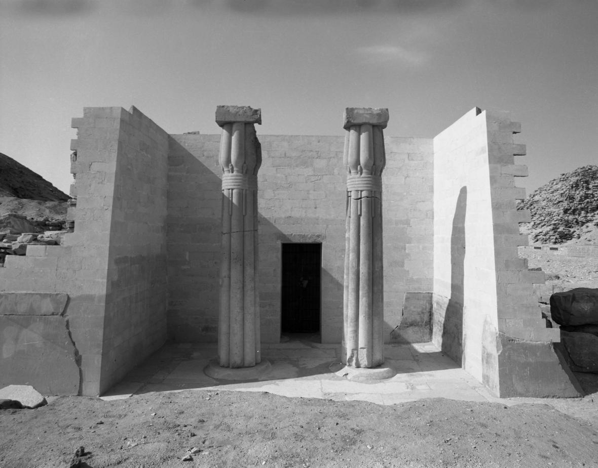 Pohled na částečně zrekonstruované průčelí Ptahšepsesovy mastaby s dvojicí znovu vztyčených sloupů