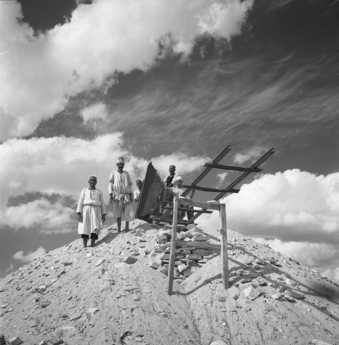 Egyptští dělníci při výzkumu pyramidy Chentkaus II.