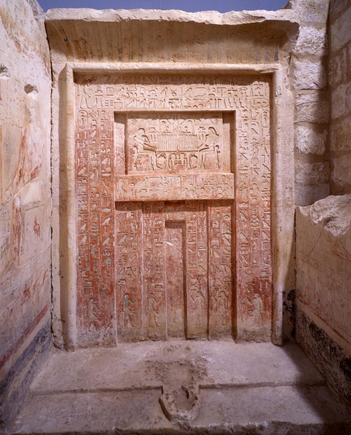 Bohatě zdobené nepravé dveře soudce Intiho s obětním oltářem představovaly místo, kam pozůstalí přinášeli obětiny zemřelému
