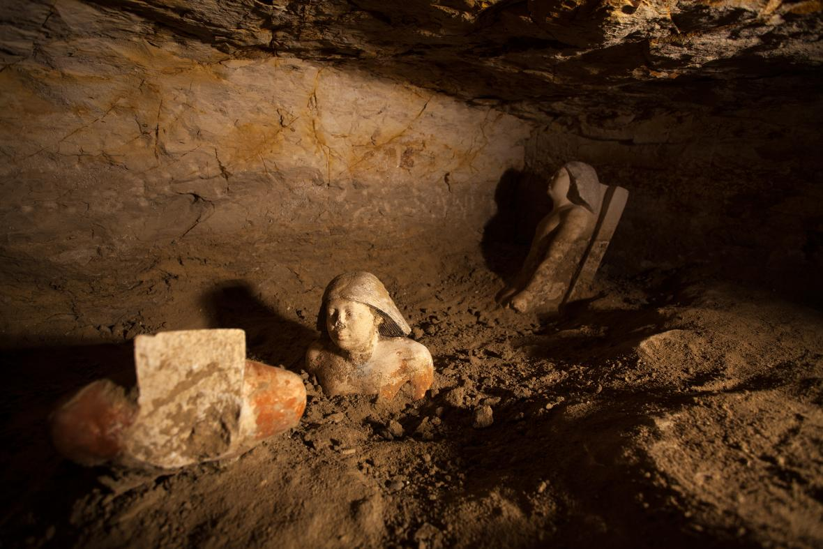 Výborně dochované polychromované vápencové sochy úředníka Nefera byly jedním z překvapivých nálezů roku 2012