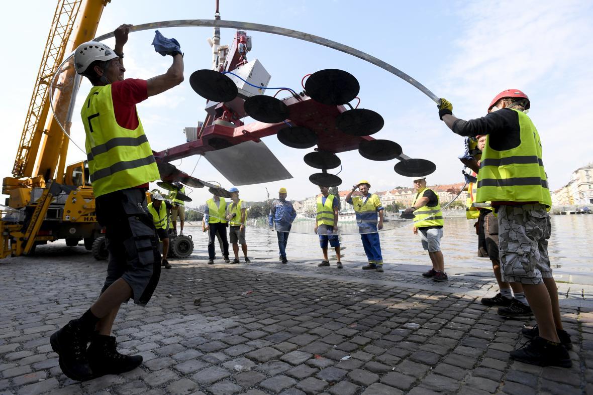 Instalace rekordního skla na pražské náplavce