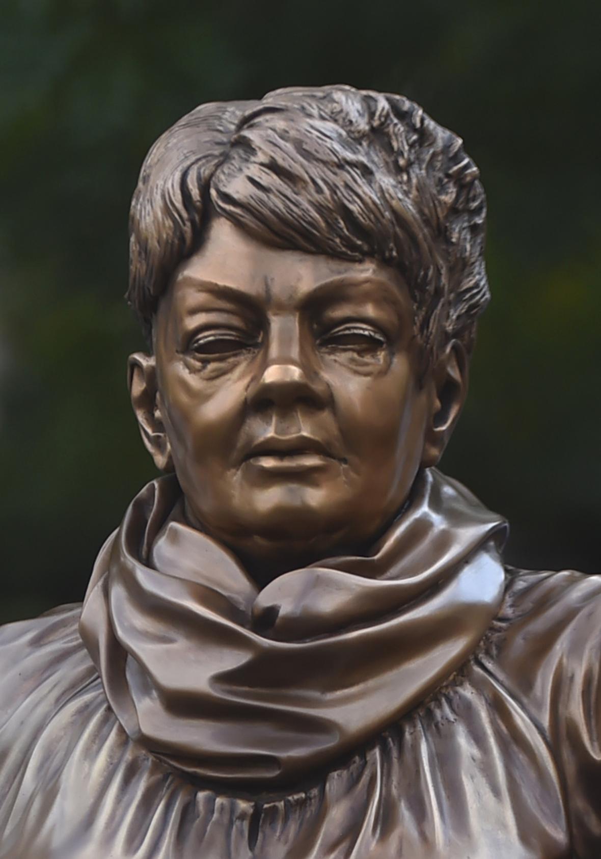 Kritici tvrdí, že socha není zpěvačce vůbec podobná