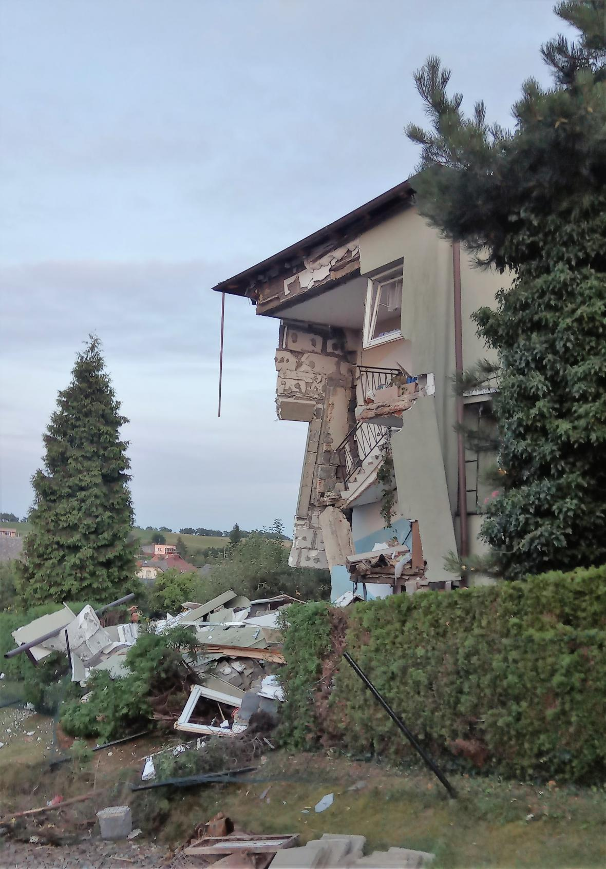 Část domu se po výbuchu zřítila