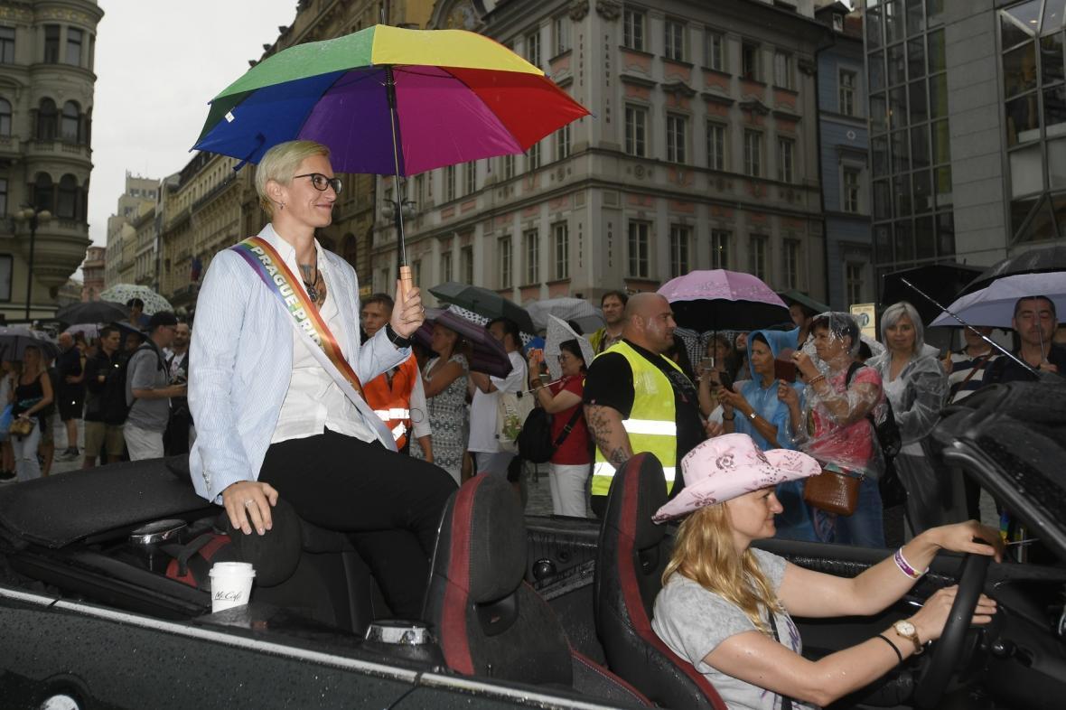 Poslankyně ANO Karla Šlechtová (vpravo) jako takzvaná maršálka jede v čele průvodu Prague Pride 2019