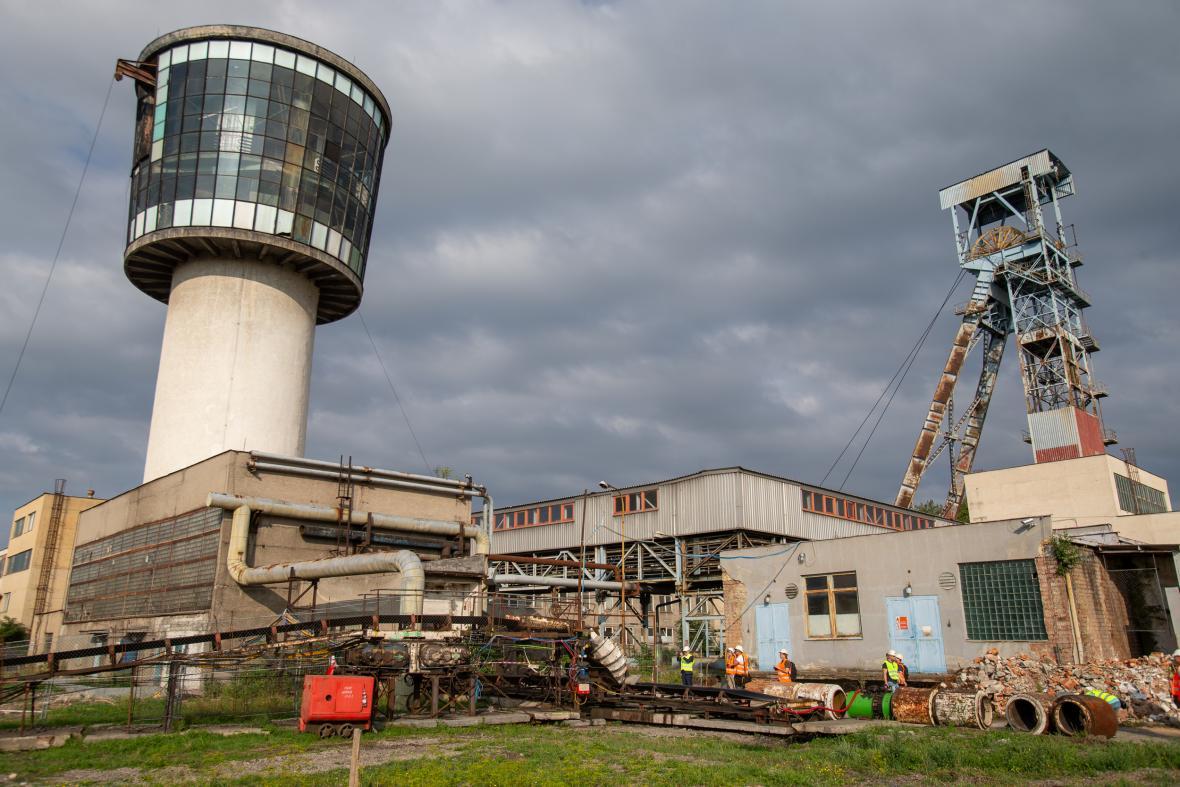 Firma OKD začala zasypávat první z jam někdejšího černouhelného dolu Paskov