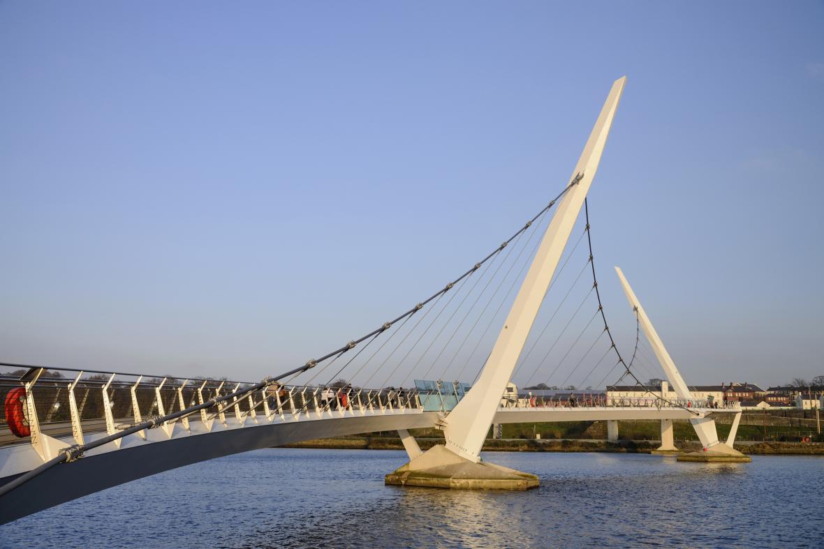 Most míru spojující břehy Londonderry