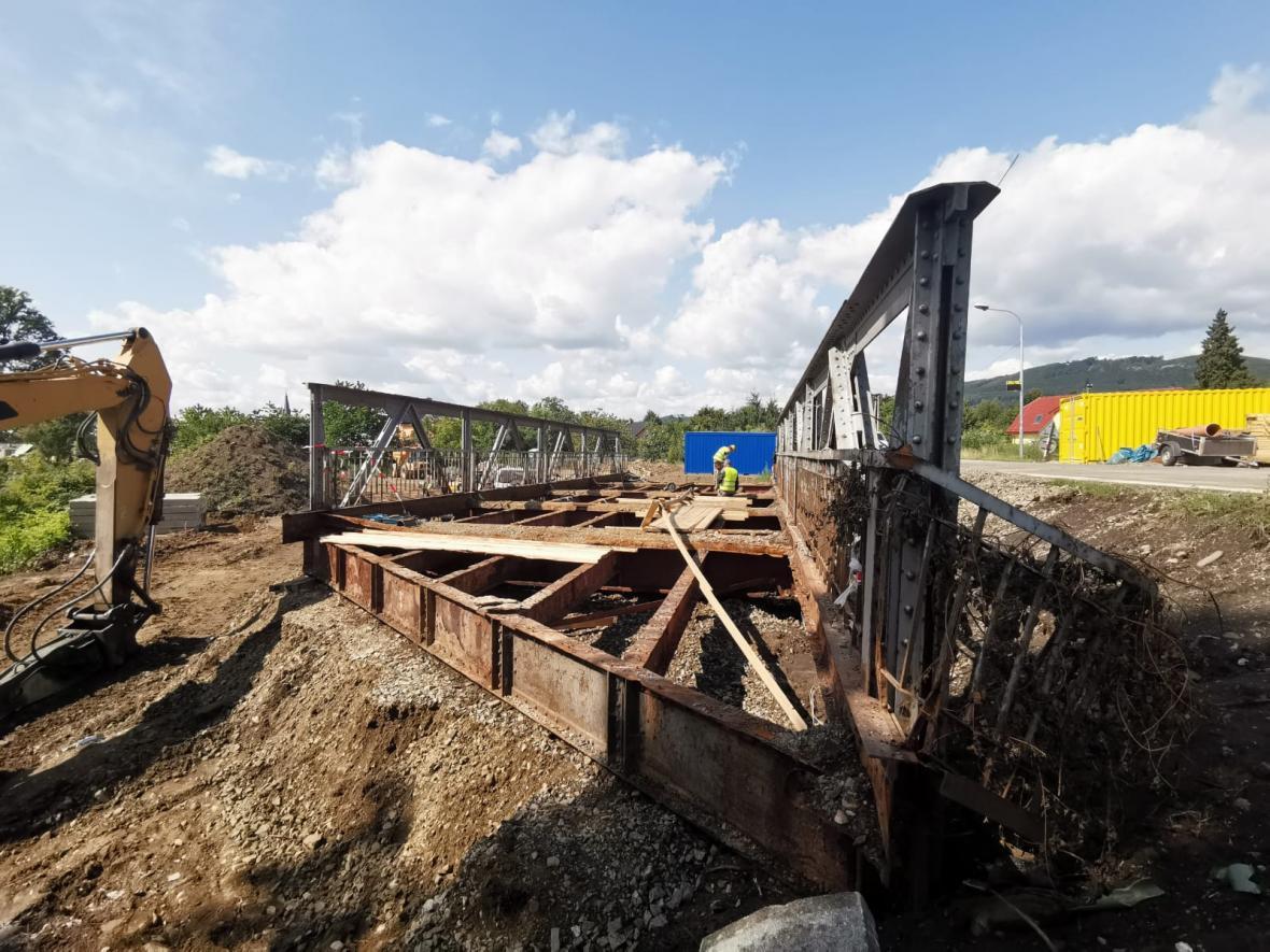 Nezničitelný most v Petrově nad Desnou začali rozebírat