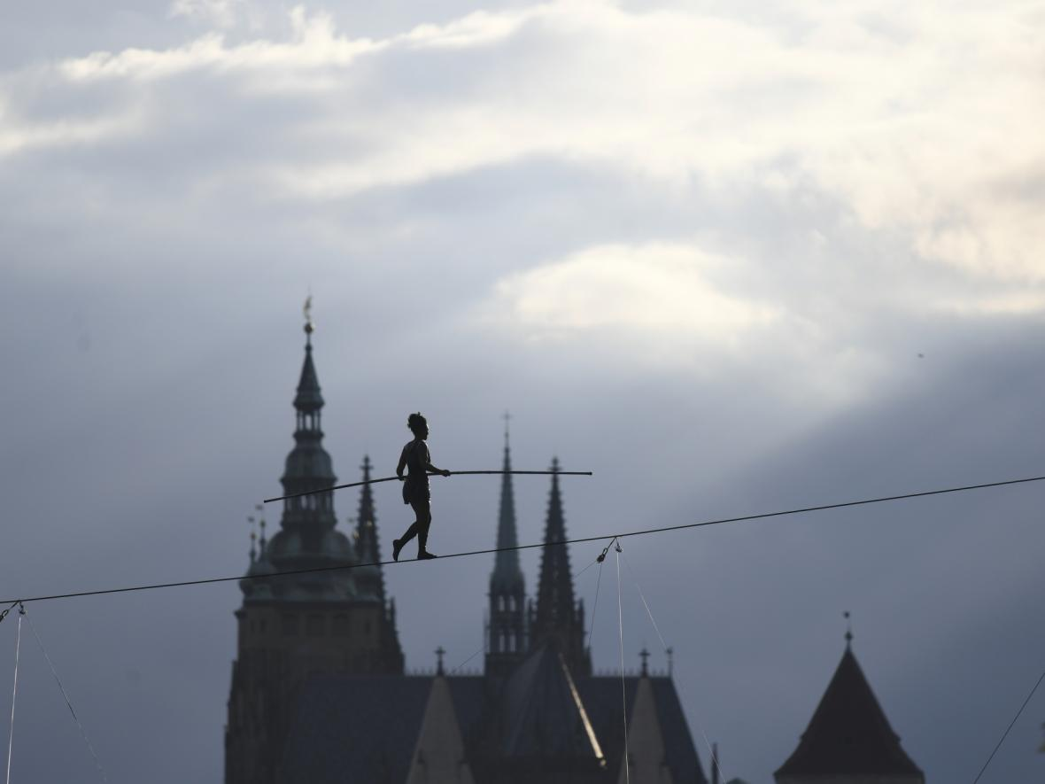 Provazochodkyně přešla nad Vltavou