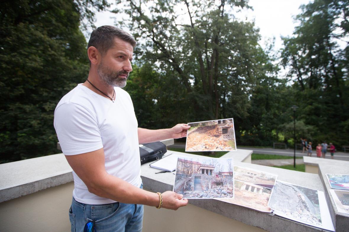 Zástupce zhotovitelské firmy Stanislav Štorch ukazuje na fotografiích původní podobu mauzolea