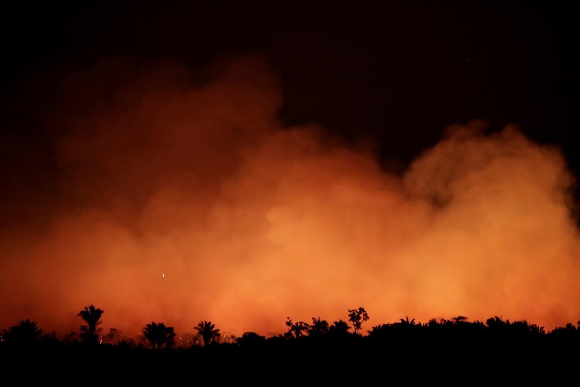 Požáry zuřící v amazonském deštném pralese letos dosáhly rekordního počtu. Brazilské středisko pro vesmírný výzkum INPE prozatím zaznamenalo víc než 70 tisíc požárů.