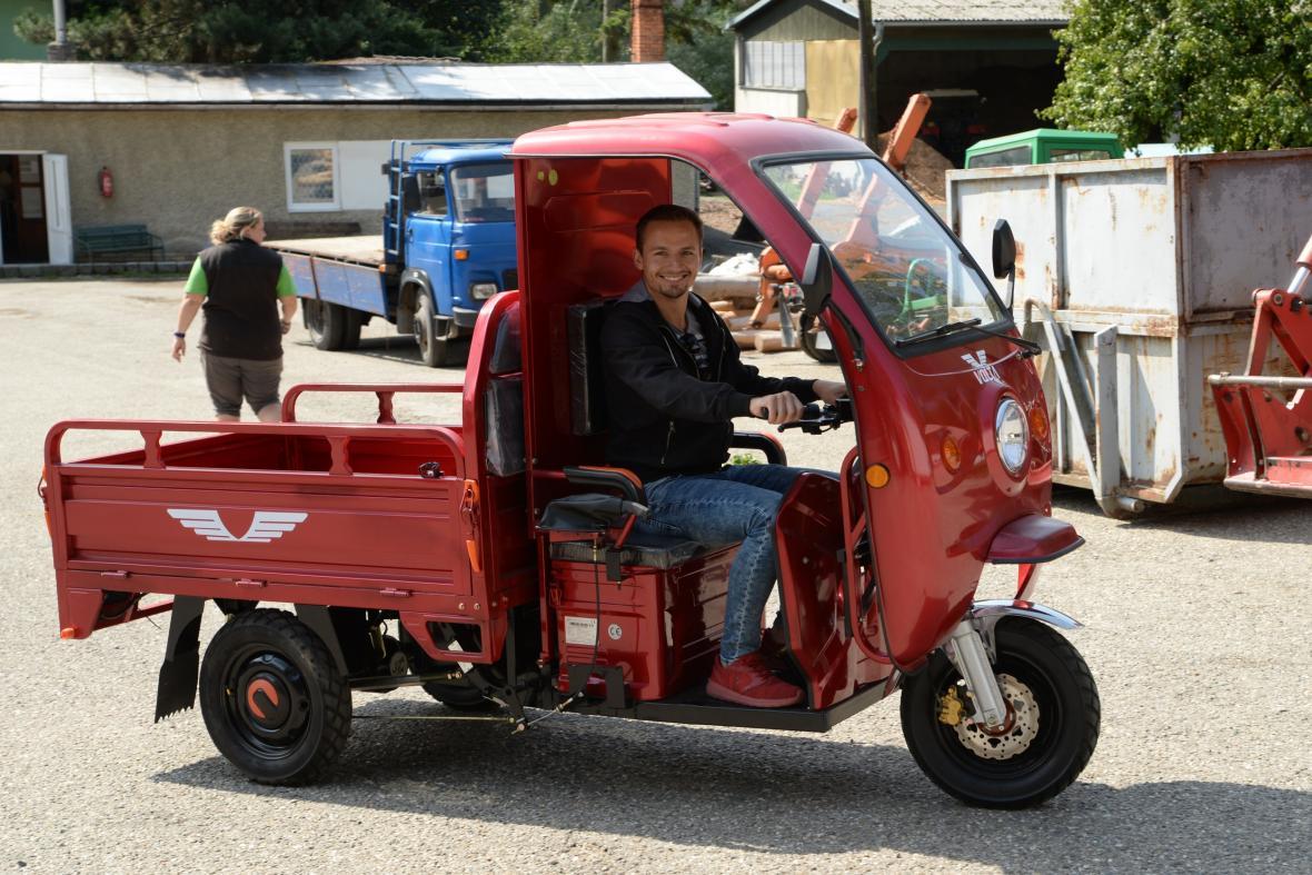 Nové elektromobily budou sloužit pro rozvoz krmiva i pro přepravu zaměstnanců