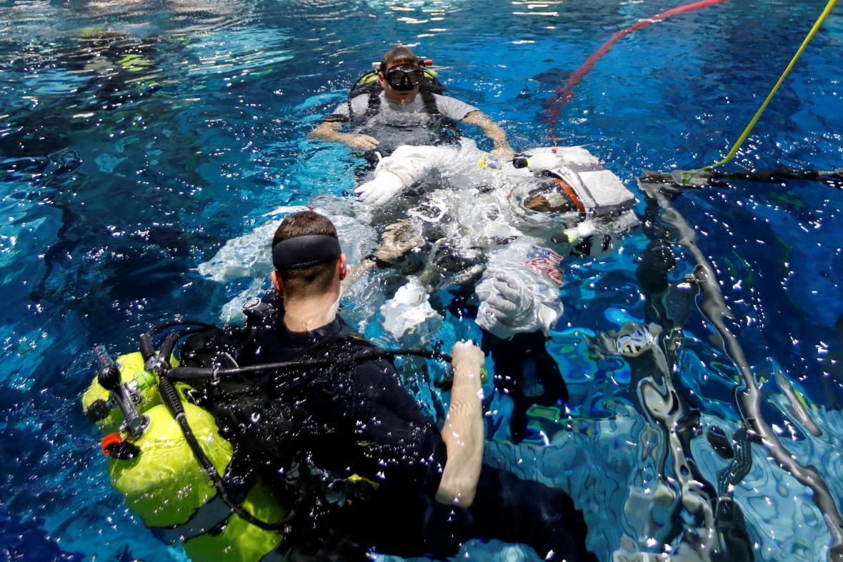Veteráni z NASA trénují na turistické lety do vesmíru. Astronautka Sunita Williams z týmu pro komerční lety vstupuje do vody ve výcvikovém zařízení Neutral Buoyancy Laboratory poblíž Johnson Space Center v Houstonu v Texasu