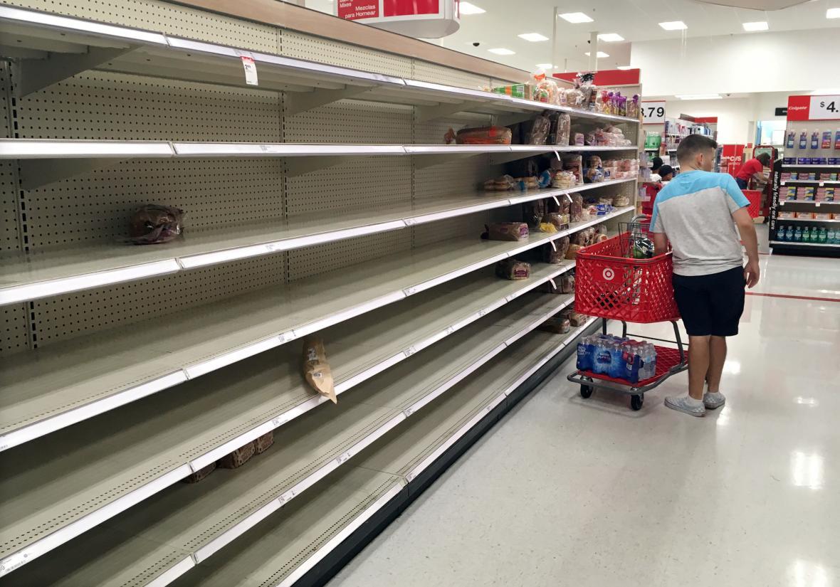 Lidé na Floridě vykupují zásoby